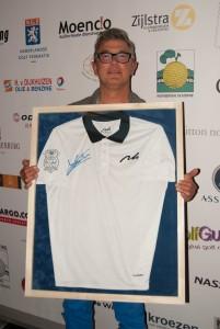 Roel van Iersel winnaar BMVG Golfdag draagt het door Joost Luiten ter beschikking gestelde shirt.