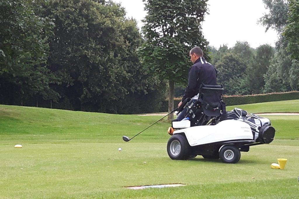 Richard Kluwen met de ParaGolfer® op golfcentrum De Batouwe
